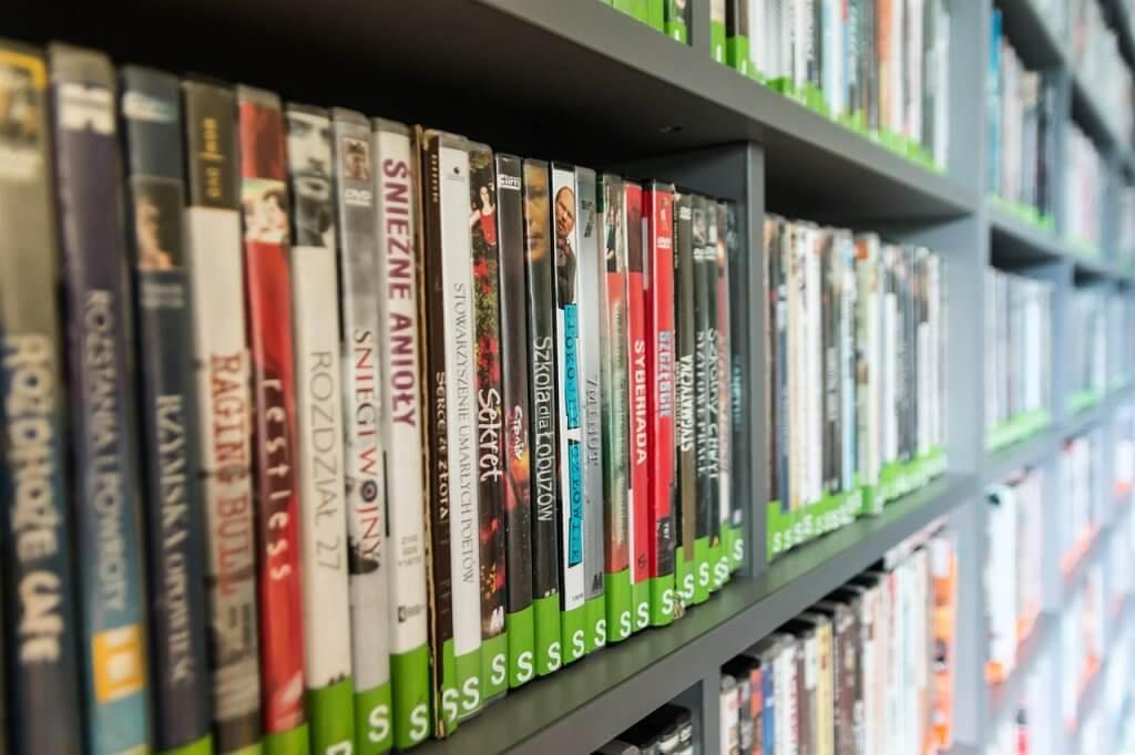DVD su scaffale